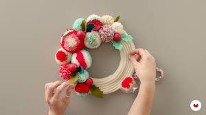 "What Is a Pompom Wreath | ""Pom-Pom Design and Creation"" (sewyeah) |  Domestika"