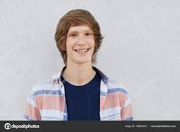 Pozitivní Teenager S Trendy účes S Tmavýma Očima S Vyloučením S