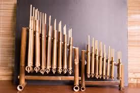 Alat musik yang terdiri dari lempengan kayu ini harus dipukul untuk dibunyikan. 33 Nama Alat Musik Tradisional Indonesia Yang Terkenal Lezgetreal