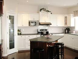 Small schwarz weißen Küche mit Granit Arbeitsplatte und