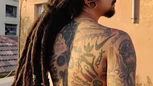тело в дело индийский тату мастер набил на себе рекламные логотипы