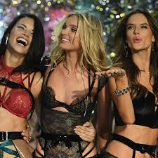 Американская супермодель карли клосс на подиуме victoria's secret fashion show в шанхае в 2017 году. The Victoria S Secret Fashion Show Is Officially Canceled Them