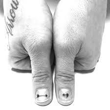 тренд маникюра 2018 татуировки на ногтях фото Glamourru