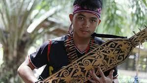 Sapek, kata azis, berasal dari tanah borneo atau kalimantan. Ini Sape Alat Musik Tradisional Suku Dayak Di Tanah Borneo