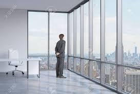 Junger Geschäftsmann Wird Durch Die Ecke Fenster New York