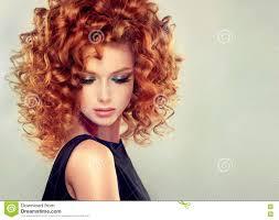 Rood Haired Meisje Met Krullend Kapsel Stock Afbeelding Afbeelding