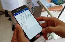 Bác sĩ trưởng khoa của Bệnh viện Nguyễn Trãi sử dụng điện thoại thông minh  để quản lý tình hình khám chữa bệnh trong khoa
