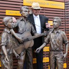 <b>Bee Gee</b> Barry Gibb unveils statue in Redcliffe - BBC News