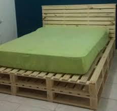 A cabeceira da cama de pallets assim como a cama de pallets, a cabeceira do móvel também pode ser montada com o mesmo material. Camas De Pallets Oficina Ibira