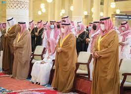 أمير الرياض يتقدّم المصلين على الأميرة نـوف بنت خالد
