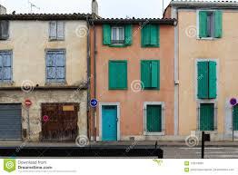Bunte Häuser Mit Grünen Fensterläden Stockfoto Bild Von