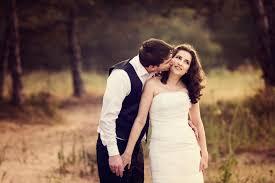 couple kissing 2048x1152 resolution