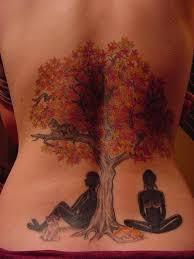 тату на спине девушки в виде дерева с людьми Tattoos тату