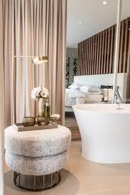Die Kombination Von Schlafzimmer Und Einer Badewanne Unterstreicht