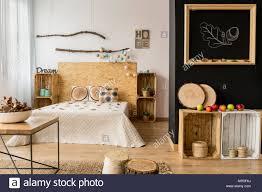Helles Schlafzimmer Mit Schwarzen Und Weißen Wand Doppelbett Und