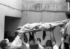 s earthquake didn t start a revolution essay zocalo  rescue workers in city remove an injured w from the hotel principiado in the city s downtown after the earthquake of sept 19 1985