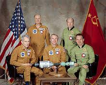 「1975年 - アポロ・ソユーズテスト計画: アメリカの宇宙船アポロ18号とソ連の宇宙船ソユーズ19号が地球を周回する軌道上でドッキングに成功」の画像検索結果