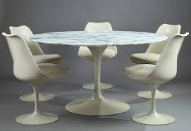 Tulip Dining Table and Set of Five Tulip Chairs by Eero Saarinen for Knoll  International -