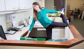 ऑफिस में स्ट्रेचिंग के लिए इमेज परिणाम