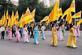 Image result for Hinh những co gái Cầm Cờ vang biểu tình
