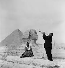 louis armstrong plays for his wife in front of the sphinx and  louis armstrong