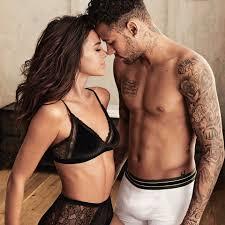 C&A - Dica de look para o sábado à noite: #LingerieBrunaMarquezine e  #UnderwearNeymarJr smirk #BruMar #BruMarNaCeA #NamoradosCeA  #DiaDosNamorados https://goo.gl/7PWmZS #PraCegoVer: em uma foto quadrada  vemos o casal Bruna Marquezine e Neymar Jr.,