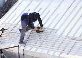 Legen sie die dachlatten auf die sparren auf und befestigen sie sie mit schrauben oder nägeln. Dachlatten Anbringen Schritt Fur Schritt Aber Bitte Schwindelfrei