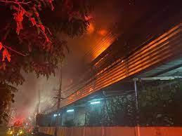 ไฟไหม้ โรงงานผลิตรองเท้าซอยกิ่งแก้ว วอดเสียหายไม่ต่ำกว่าร้อยล้าน - FADENEWS  เว็บรวบรวมข่าวสดใหม่ อัพเดทตลอด 24 ชั่วโมง