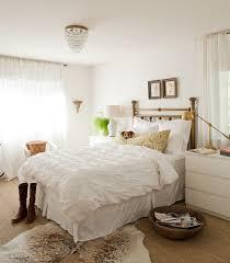 white walls bedroom photo - 9