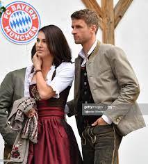 Thomas Mueller and his wife Lisa Mueller attend the Oktoberfest beer...  Nachrichtenfoto - Getty Images