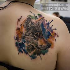 фото цветной татуировки на лопатке у девушки реалистичный волк и