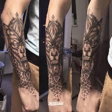 фото татуировки волк в стиле дотворк татуировки на руке