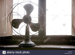 Antike Vintage Ventilator In Die Fenster Hintergrundbeleuchtung
