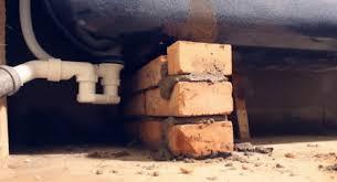 Монтаж чавунної ванни на цеглинах