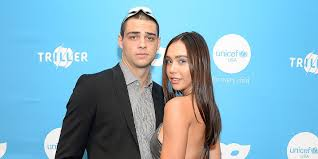 Noah centineo has been heating things up since he stared in to all the boys i've loved before and the fosters, but he hasn't been publicly seen with a girlfriend in a while. Did Noah Centineo Split From Girlfriend Alexis Ren People Com
