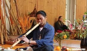 Hal yang penting dalam memainkan alat musik saluang ini adalah terkait dengan cara meniup dan menarik nafas secara bersamaan, sehingga peniup saluang dapat memainkan alat musik itu dari awal dari akhir lagu tanpa putus. Alat Musik Saluang Cara Memainkan Fungsi Dan Berasal Dari Mantabz