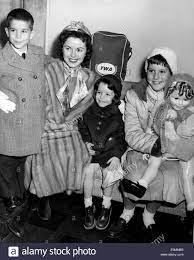 Schauspielerin Shirley Temple am New Yorker Flughafen mit ihren Kindern  Stockfotografie - Alamy