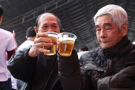 Image result for hình hai bạn ngồi uống bia