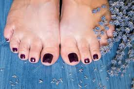 Detailní Foto ženské Nohy S Pedikúra Na Nehty A Lavend Stock