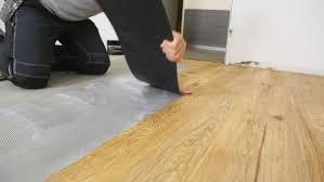 Außerdem begeistern diese bodenbeläge mit einer langen lebensdauer. Vinylboden Kleben Die 4 Arten Klebevinyl Zu Verlegen Planeo