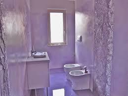 Resina per pavimenti interni: bagno con pavimento in resina
