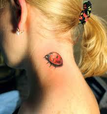 татуировка на шее у девушки божья коровка фото рисунки эскизы