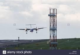 Un aereo atterra all'aeroporto di Leeds Bradford come tempesta aileen porta  ululati raffiche e Pesanti rovesci per parti del Regno Unito Foto stock -  Alamy
