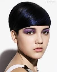 Erg Korte Ronde Haarsnit Voor Zwart Haar Met Stroken In Blauw