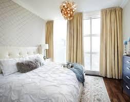 Atemberaubende Schlafzimmer Mit Neutralen Vorhängen Und Goldenen