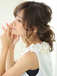 大人っぽポニーテール徹底研究結ぶ位置や前髪後れ毛で印象が変わる