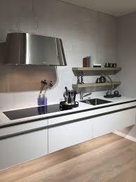 Minimal Design Greeploze Keuken Met Brede Inductie Kookplaat En