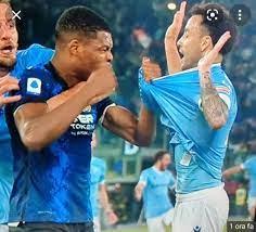 Gli ululati razzisti contro Dumfries durante Lazio-Inter