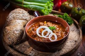 Beautiful Herzhafte Gulaschsuppe   Traditionelle Ungarische Küche Standard Bild    35003438