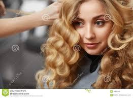 Blondes Lockiges Haar Friseur Der Frisur F R Junge Frau I Tut